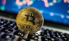 Bitcoin matériel devant un ordinateur